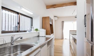 家事の動線設計が自慢!家族の温もり溢れる戸建て (キッチン)
