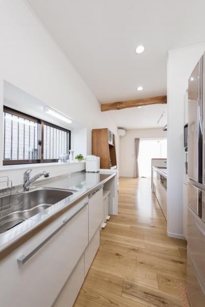 キッチン (家事の動線設計が自慢!家族の温もり溢れる戸建て)