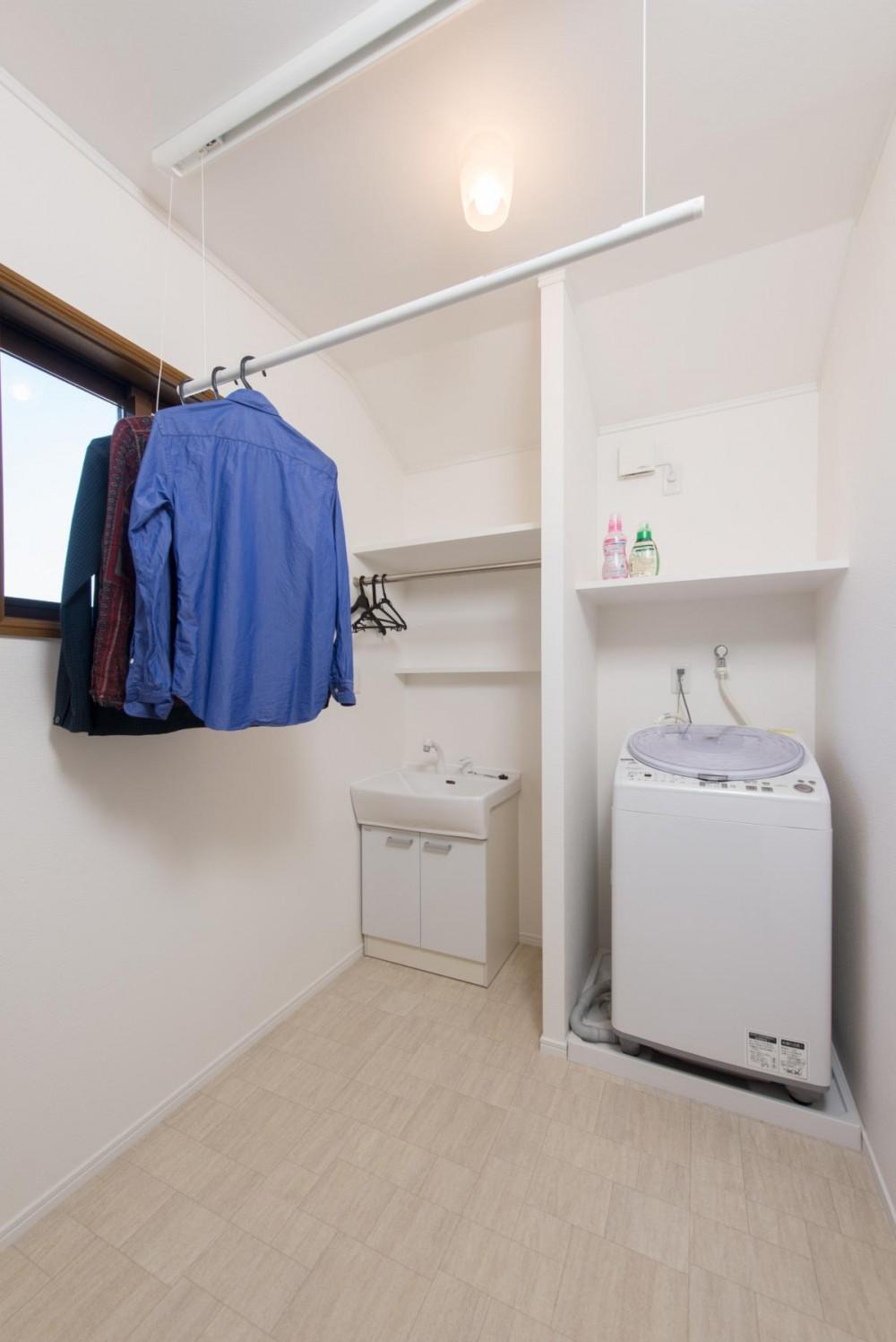 家事の動線設計が自慢!家族の温もり溢れる戸建て (洗濯室)