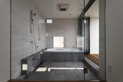 テラスとつながる浴室 (那須の家)