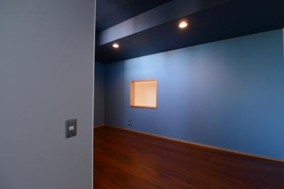 ブルーの壁紙が目を引く洋室 (豊田市の家2)