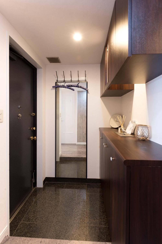 ご家族の生活スタイルに合わせて、中古マンションを全面改装 (玄関)