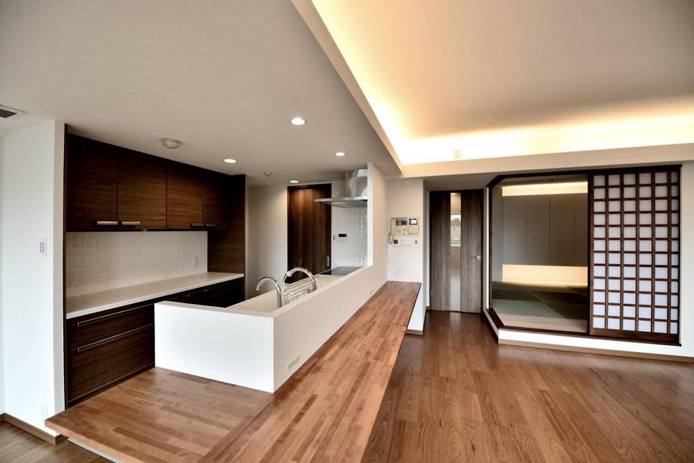 モダン和室とワイドキッチンカウンターが中心のLDK (親子で住みつなぐ。使う人を選ばないL字モダン和室のある家)