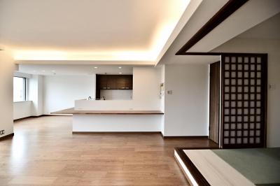 間接照明と和室の落ち着きのある空間 (親子で住みつなぐ。使う人を選ばないL字モダン和室のある家)