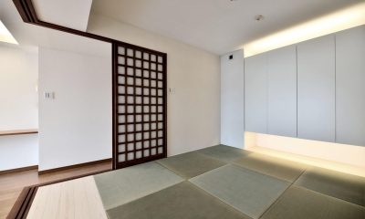 小上がりと間接照明が特徴的な和室|親子で住みつなぐ。使う人を選ばないL字モダン和室のある家