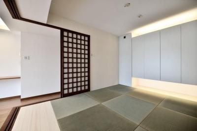 小上がりと間接照明が特徴的な和室 (親子で住みつなぐ。使う人を選ばないL字モダン和室のある家)