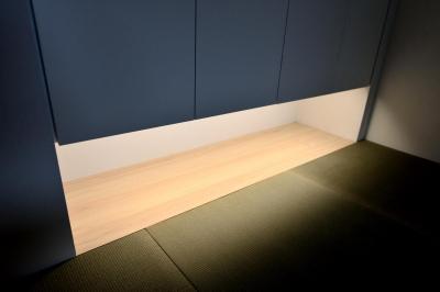 和室・陰影のある足元の照明 (親子で住みつなぐ。使う人を選ばないL字モダン和室のある家)
