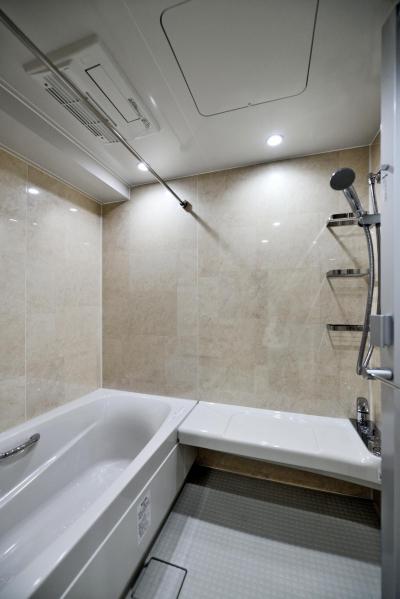 高齢者でも安心して使えるバスルーム (親子で住みつなぐ。使う人を選ばないL字モダン和室のある家)