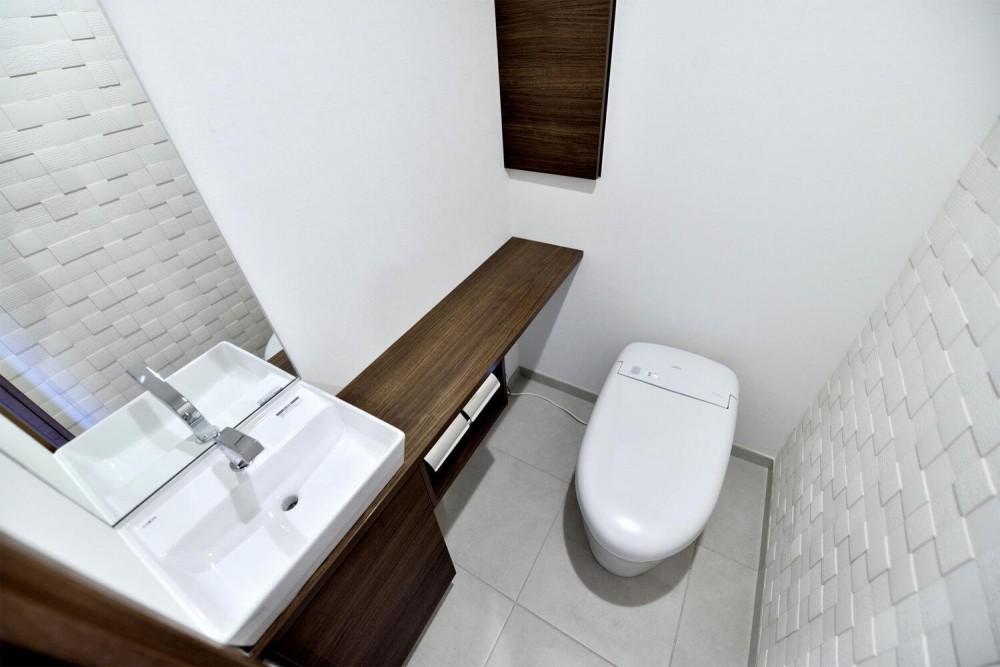親子で住みつなぐ。使う人を選ばないL字モダン和室のある家 (タンクレスやフロート収納などすっきりとさせたトイレ)