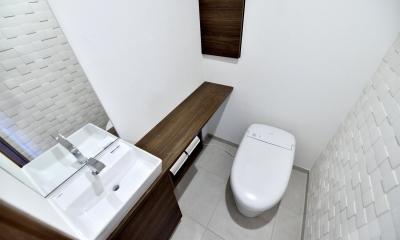 タンクレスやフロート収納などすっきりとさせたトイレ|親子で住みつなぐ。使う人を選ばないL字モダン和室のある家