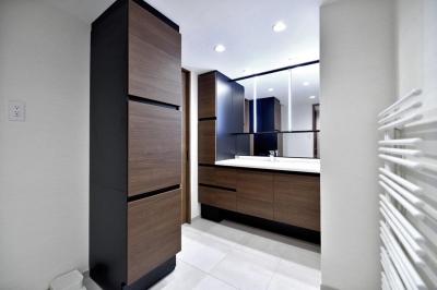 ボックス収納、タオルウォーマーなど、機能的なサニタリースペース (親子で住みつなぐ。使う人を選ばないL字モダン和室のある家)