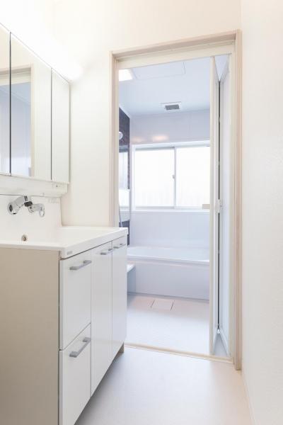 洗面脱衣所 (「フランス郊外の家」をテーマに戸建てを全面リフォーム)