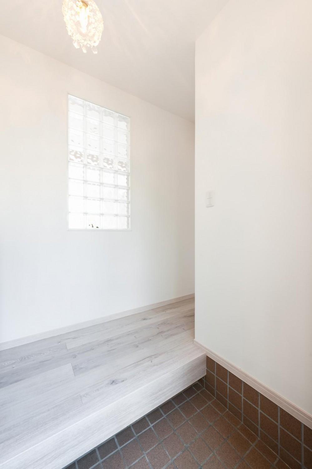 「フランス郊外の家」をテーマに戸建てを全面リフォーム (玄関)