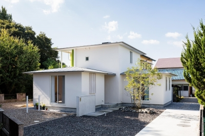 Three huts house (3つの平屋が取り付く特徴的な外観)