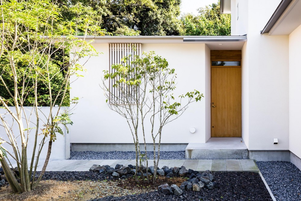 Three huts house (白河石のアプローチ)