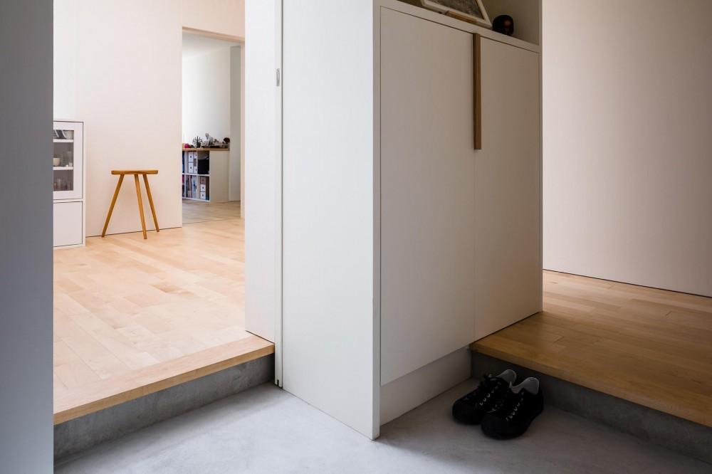 Three huts house (2方向につながる玄関)