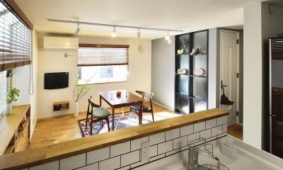 対面キッチン|小さな空間が光あふれる広々リビングに