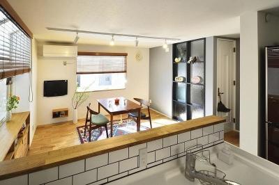 対面キッチン (小さな空間が光あふれる広々リビングに)