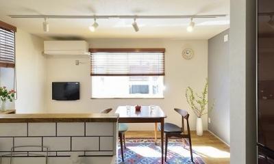 小さな空間が光あふれる広々リビングに (キッチン)