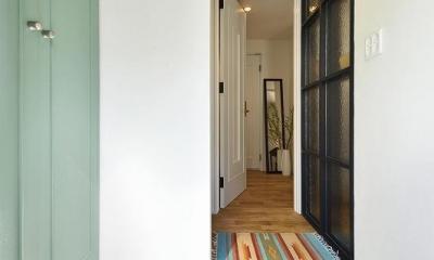 小さな空間が光あふれる広々リビングに (玄関)