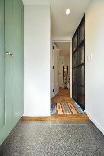 玄関 (小さな空間が光あふれる広々リビングに)