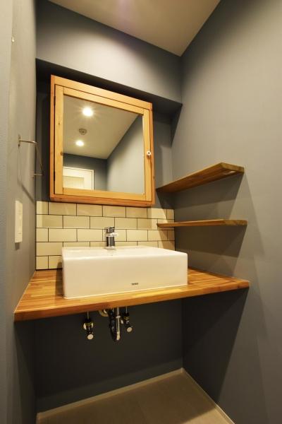 洗面室 (木のぬくもりにこだわりネイビーを効かせて)
