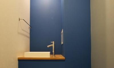 トイレ|木のぬくもりにこだわりネイビーを効かせて