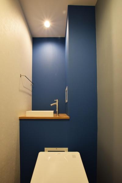 トイレ (木のぬくもりにこだわりネイビーを効かせて)