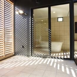 フロ好き家族の中庭のある家 (浴室)