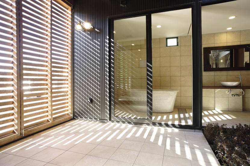 建築家:原 宏「フロ好き家族の中庭のある家」