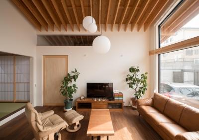 リビング (CASE 480 | 大屋根の垂木の家)