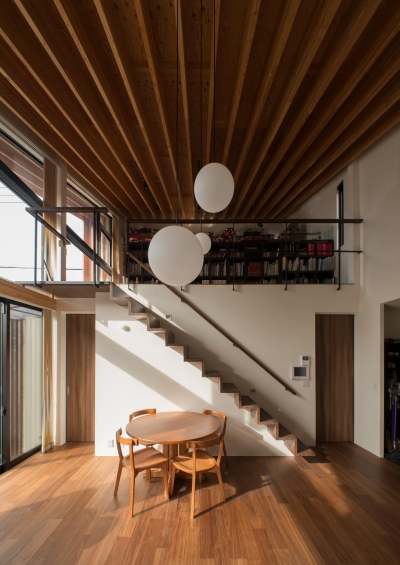 CASE 480 | 大屋根の垂木の家 (リビング)
