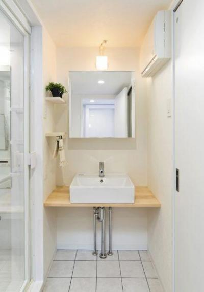 洗面室 (素材で仕切るやわらかな空間。)