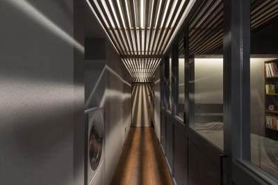 廊下 (石張り壁のあるフルリノベーション:『品川区五反田のリノベーション』)