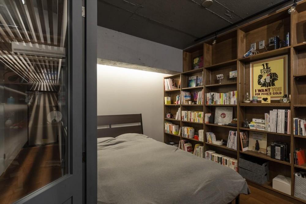 石張り壁のあるフルリノベーション:『品川区五反田のリノベーション』 (寝室/書斎)