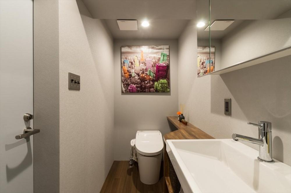 石張り壁のあるフルリノベーション:『品川区五反田のリノベーション』 (洗面室)