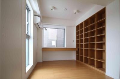 本棚|東京都北区 (中庭のある3階建ての家)