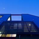 陽が降り注ぐライトコートのある家/東京都阿佐ヶ谷の家の写真 ライトコートにアマゾンチェリーのスクリーンを設けた外観