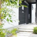 公園前の2世帯の住まいの写真 石畳の玄関アプローチ