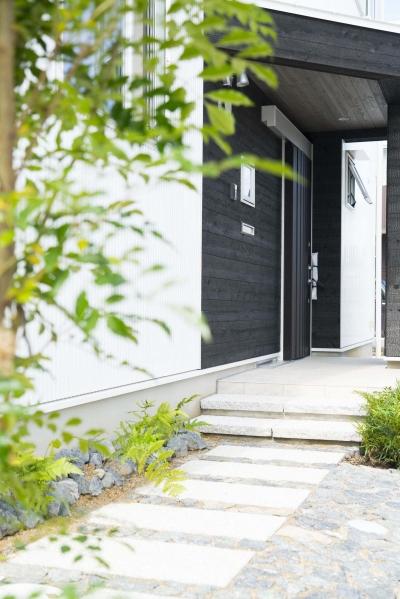 石畳の玄関アプローチ (公園前の2世帯の住まい)