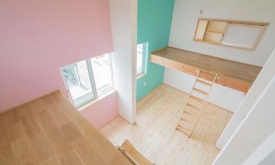 公園前の2世帯の住まい (壁の色がカラフルな子供部屋)