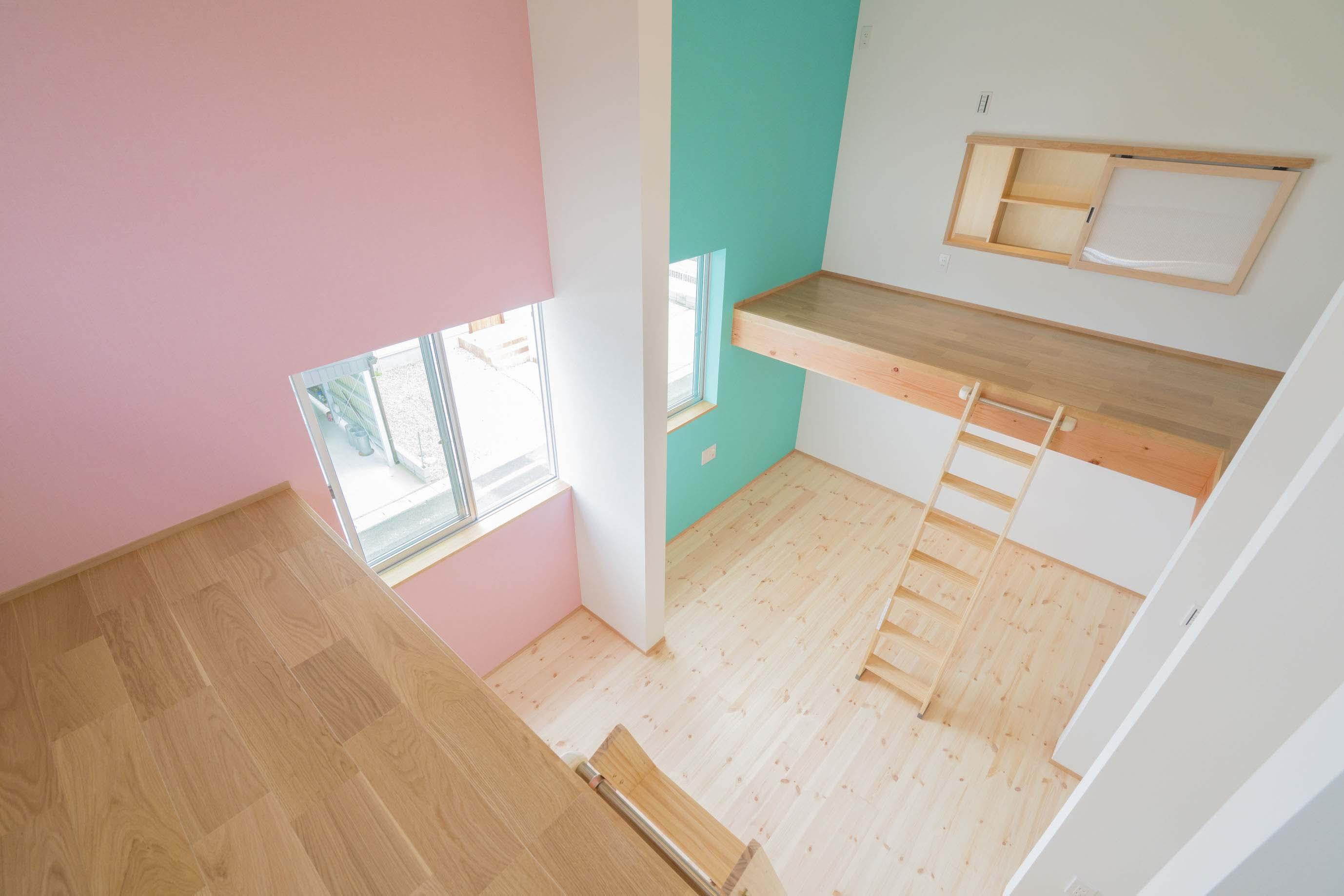 公園前の2世帯の住まいの部屋 壁の色がカラフルな子供部屋