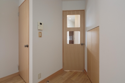 動線と収納を見直した家 (DK側からの扉)