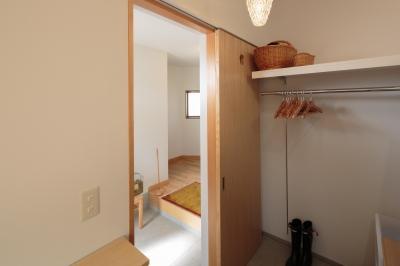 引き戸を開けると玄関へ (動線と収納を見直した家)