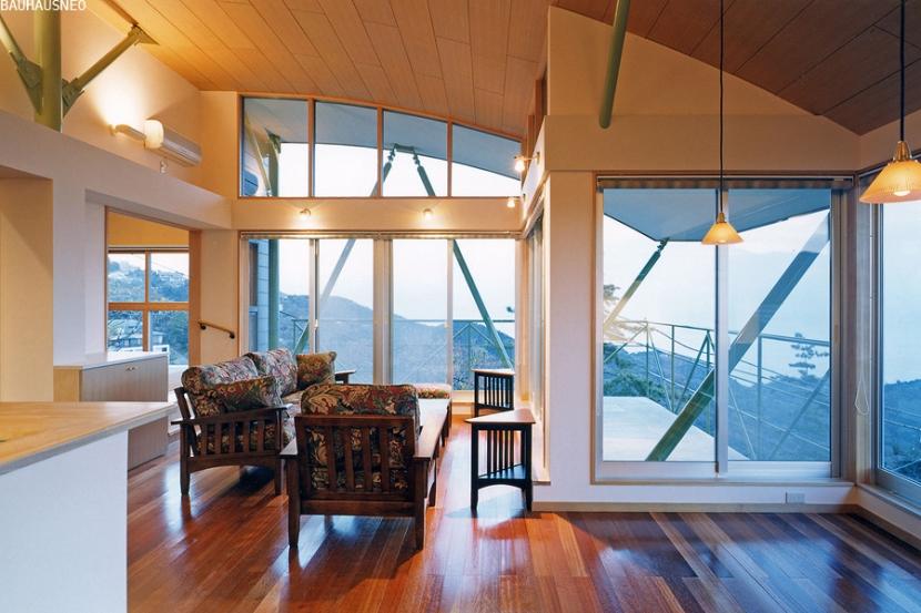 熱海・自然郷の家の部屋 アール形状の天井と鉄骨造の斜材が絡み合うリビング