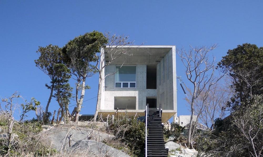 急峻な崖の上に建つ別荘 (志摩船越の別荘)