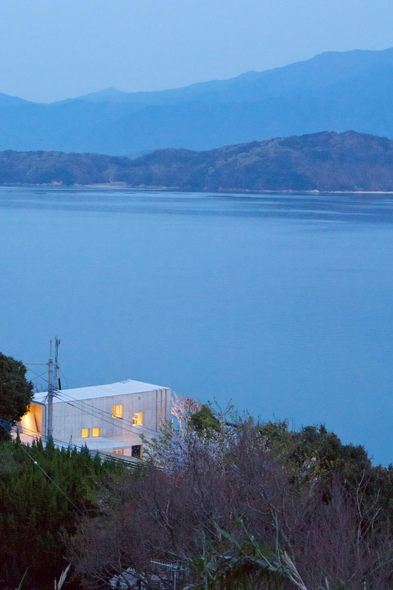志摩船越の別荘の部屋 圧倒的な大自然に囲まれ、大海原を望むコンクリートの箱