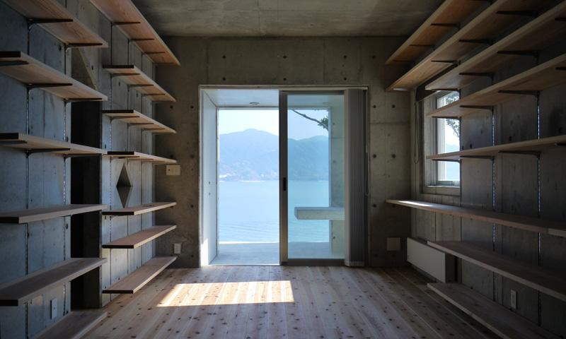 志摩船越の別荘の部屋 自由に高さを調節できる本棚