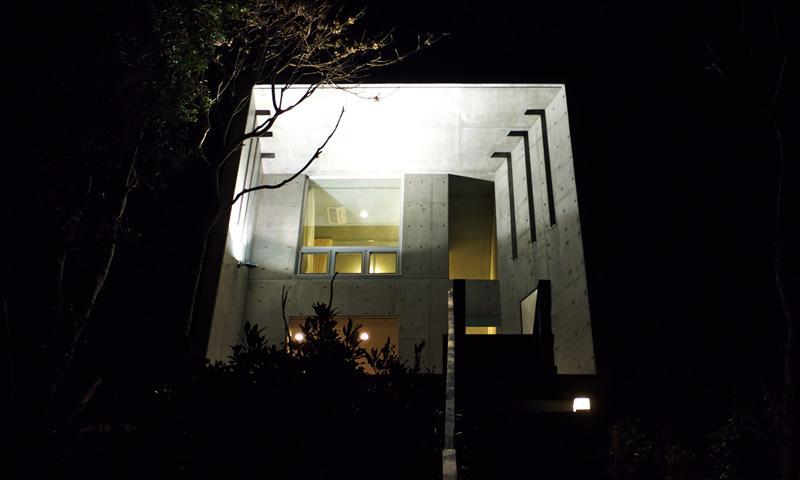 志摩船越の別荘の部屋 ライトアップした外観