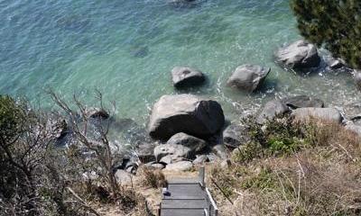 志摩船越の別荘 (敷地内の海へと降りてゆく屋外階段)